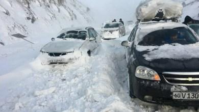 машины под снегом на перевале Камчик