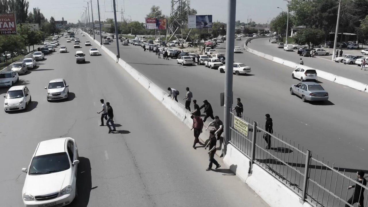 Пешеходы перебегают дорогу в Ташкенте