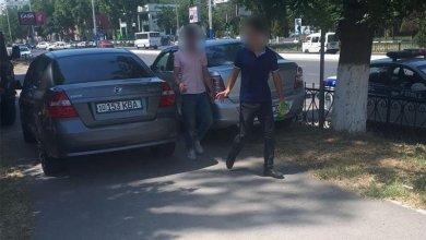 Инспекторы ГАИ начали активно штрафовать водителей, паркующих автомобили на тротуарах фото ГУВД