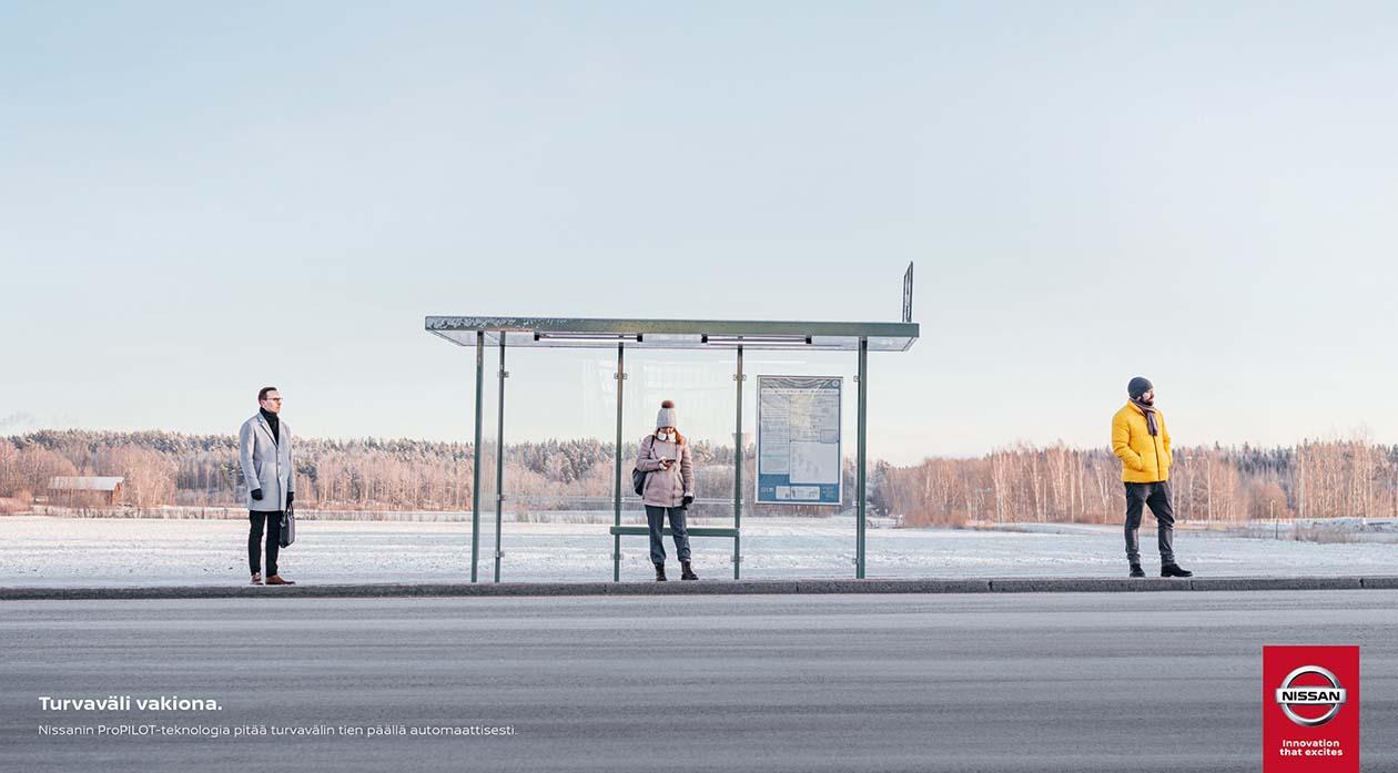 Suomalaisten kanssaihmisiin pitämä välimatka kääntyi hilpeäksi mainokseksi