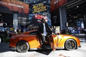 Usain Bolt y el nuevo GT-R 2017 en el Autoshow de Nueva York