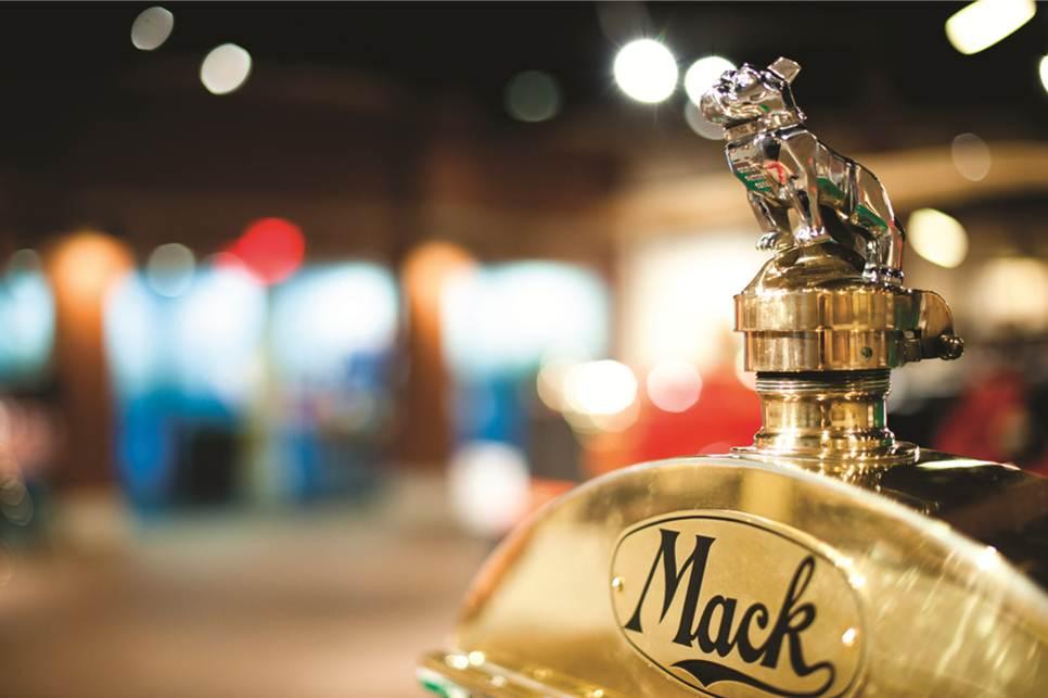 Celebra Mack Trucks 120 años en los caminos