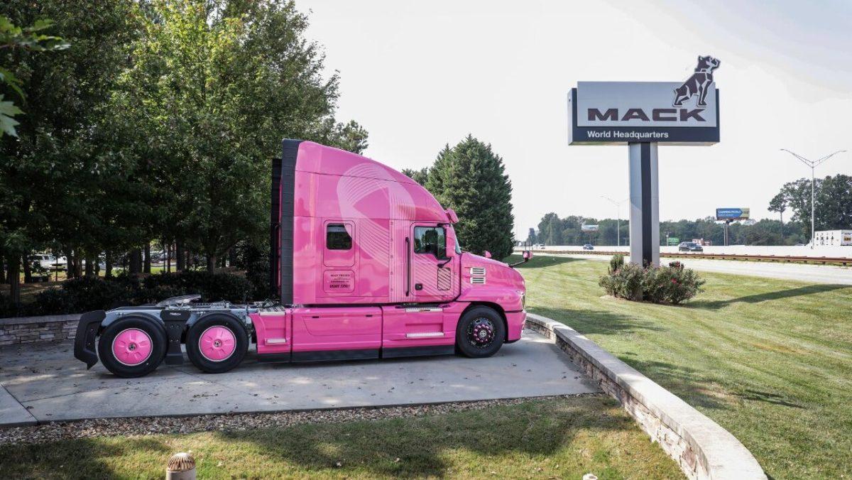 Mack y Transportes Camelia se suman a la lucha contra el cáncer de mama