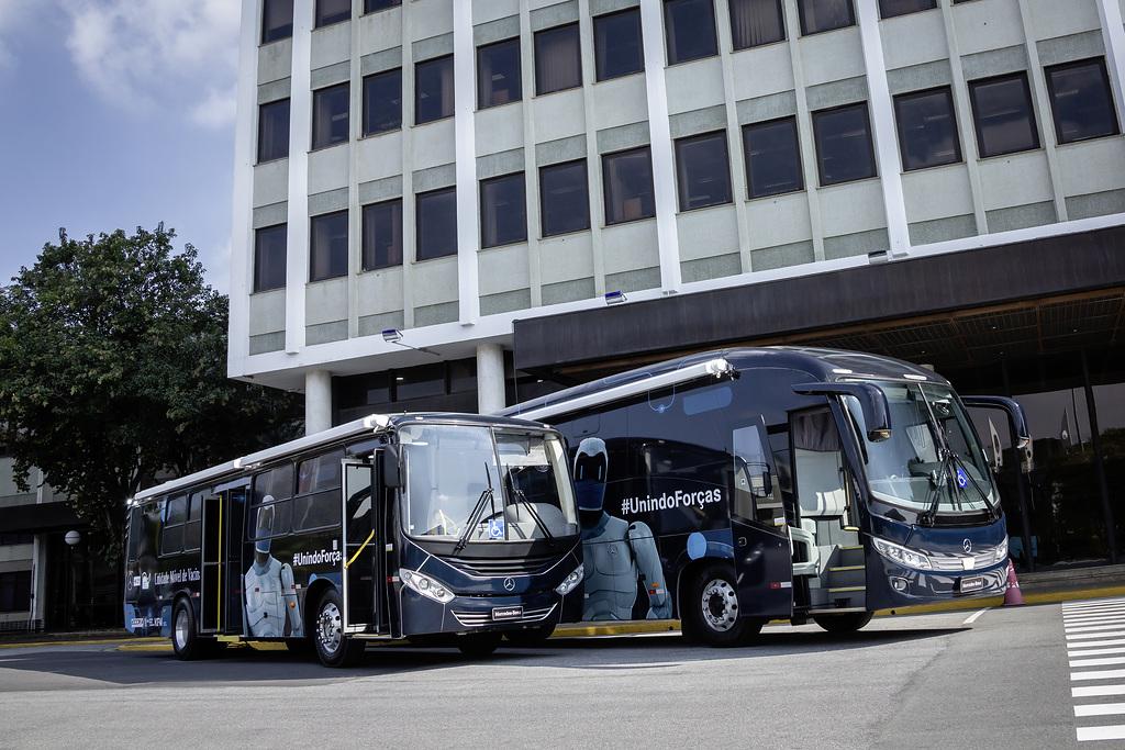 Dona Mercedes-Benz do Brasil dos autobuses en apoyo a la Cruz Roja Brasileña