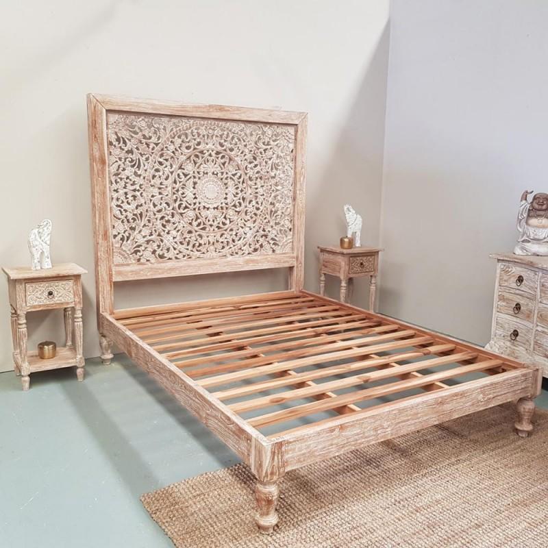 lit avec tete de lit sculptee