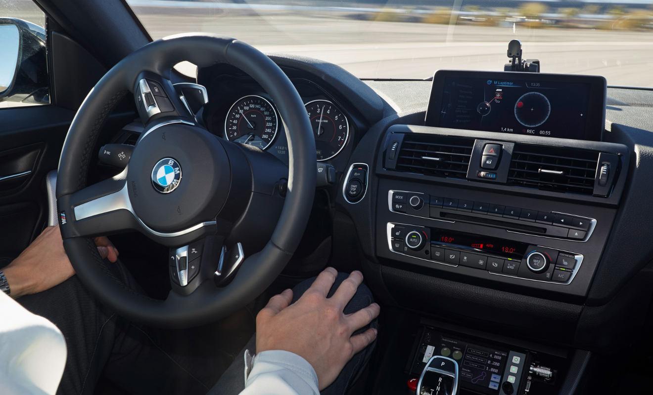 Hände nicht am Steuer: Autonomes Fahren in einem BMW