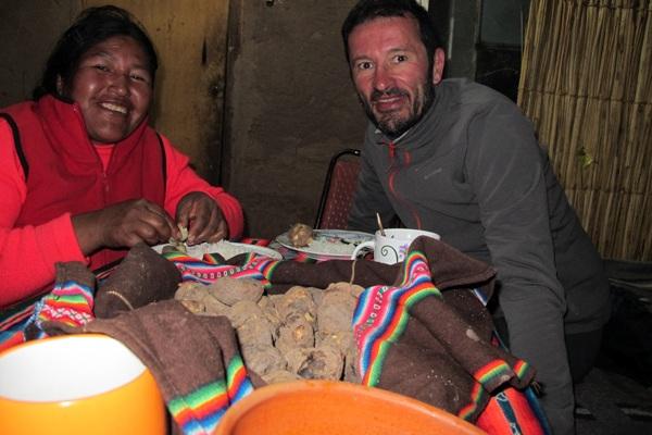 dîner avec Liana sur l'île de Taquile (Pérou 2014) - L'autre ailleurs , voyager autrement. Voyager c'est aller vers un autre pays, une autre culture, un autre ailleurs. Le voyage ouvre l'esprit autant que le cœur, pour peu qu'on soit à l'écoute. Parce que le monde nous apprend tant sur lui et sur nous, lorsque nous le parcourons, j'aimerais partager ma modeste expérience et donner l'envie au lecteur de cet autre ailleurs. Thierry