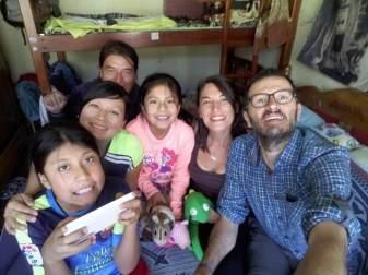 Fabian caché derrière sa famille, chez lui lors de son interview.