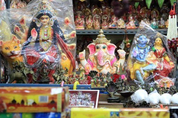 marché indien aux étoffes et autres babioles