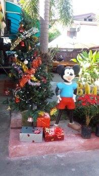 Mickey garde l'entrée de notre hôtel (BMP Residence)