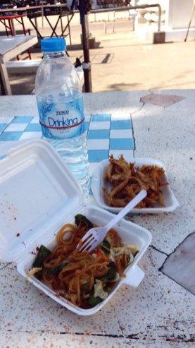 notre frugal déjeuner dans le marché proche de Sukhothai old city