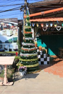 Joli sapin de Noël près du site antique de Sukhothaï