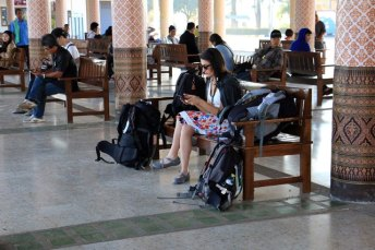 attente dans la gare de bus de Sukhothai