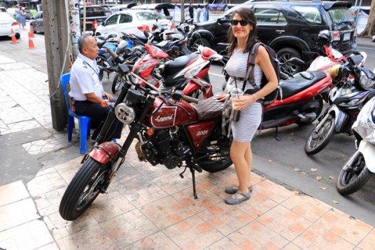 Laura et sa nouvelle moto (psst on peut la rapporter dans l'avion)
