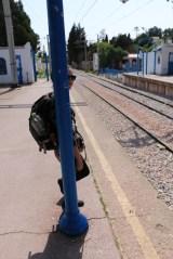 Si vous voyez un poteau, c'est que Laura est bien cachée (attendant notre train pour Sidi Bou Saïd sur le quai de La Goulette)