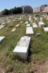 le cimetière près du mausolée d'Habib Bourguiba, notez le contraste.