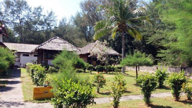 voilà enfin ma chambre Un bungalow (le mien à droite) Ce n'est pas le grand luxe :( mais ça ne coûte que 16€ la nuit avec le petit déj