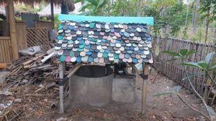 sur l'île de Gili Meno, les tongs se recyclent