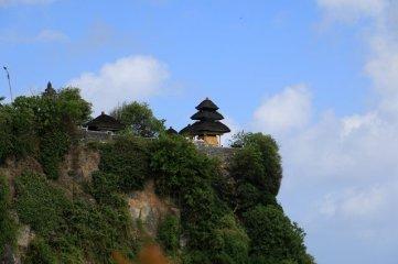 à flan de falaise , le temple d'Uluwatu