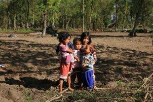 en redescendant de l'ascension du mont Batur, des enfants se prêtent au jeu de la photo