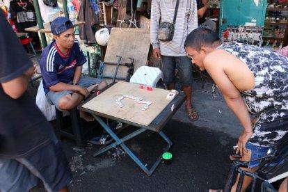 joueurs de dominos dans la rue principale de Malioboro