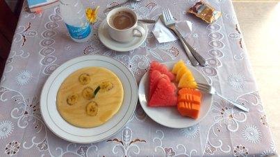 Petit déjeuner à Ubud , pancake à la banane, fruits frais et café au lait (Indonésie)