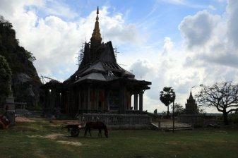 temple à côte de l'entrée de grotte près de la ville de Kampong Trach (à 13km à l'est de Kep)