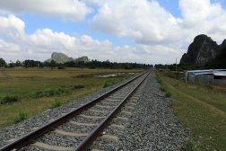 le chemin de fer sur la route des grottes près de la ville de Kampong Trach (à 13km à l'est de Kep)
