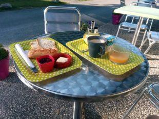 petit déjeuner au camping de St Lary (moto road trip) - l'autre ailleurs, une autre idée du voyage