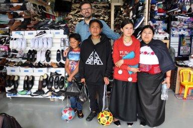 les enfants, Blanca et moi : de gauche à droite : Joël, Danilo, Eva et Blanca (et moi derrière) - l'autre ailleurs, une autre idée du voyage