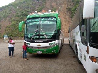 le bus (vert) depuis Ipiales vers Popayàn lors de la pause déjeuner sur la route - l'autre ailleurs en Colombie, une autre idée du voyage