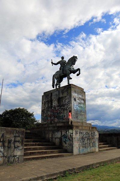 Statue équestre de Sebastian de Belalcazar à El Morro sur un colline à Popayàn - l'autre ailleurs en Colombie, une autre idée du voyage