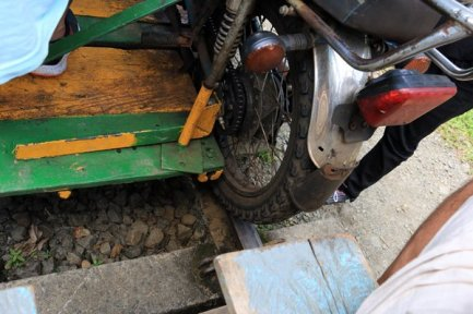 détail de l'entrainement de la roue sur le rail, pour faire avancer la brujita. San Cipriano, A 100 Km de Cali en Colombie - l'autre ailleurs en Colombie, une autre idée du voyage