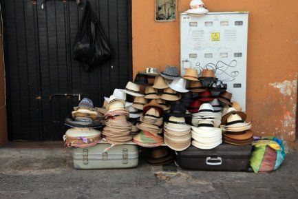 chapeaux à vendre à Carthagène des Indes - l'autre ailleurs en Colombie, une autre idée du voyage