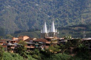 aux alentours de Jardin, la basilique au loin - l'autre ailleurs en Colombie, une autre idée du voyage