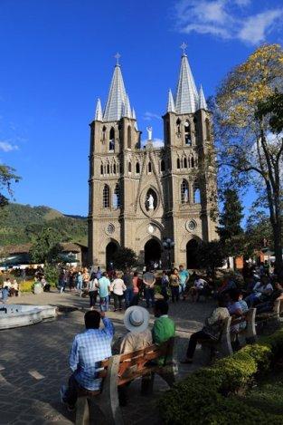 Basilique de l'immaculée conception et la place du libérateur à Jardin - l'autre ailleurs en Colombie, une autre idée du voyage