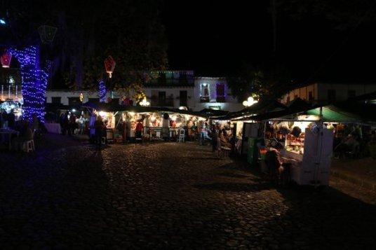de nuit, sur la place du libérateur à Jardin - l'autre ailleurs en Colombie, une autre idée du voyage