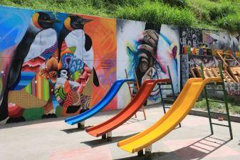 """Dans le quartier """"Comuna 13"""", jadis le lieu le lieu le plus dangereux du monde. Désormais pacifiée, cette favela (quartier pauvre, pour ne pas dire bidonville) se visite pour ses superbes graffiti, ses fresques murales, odes à la paix retrouvée. - l'autre ailleurs en Colombie, une autre idée du voyage"""