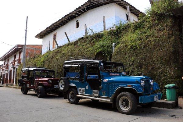 les jeeps pour aller vers la randonnée sous les palmiers de cire et vers la maison des colibris dans la vallée de Cocora près de Salento - l'autre ailleurs en Colombie, une autre idée du voyage