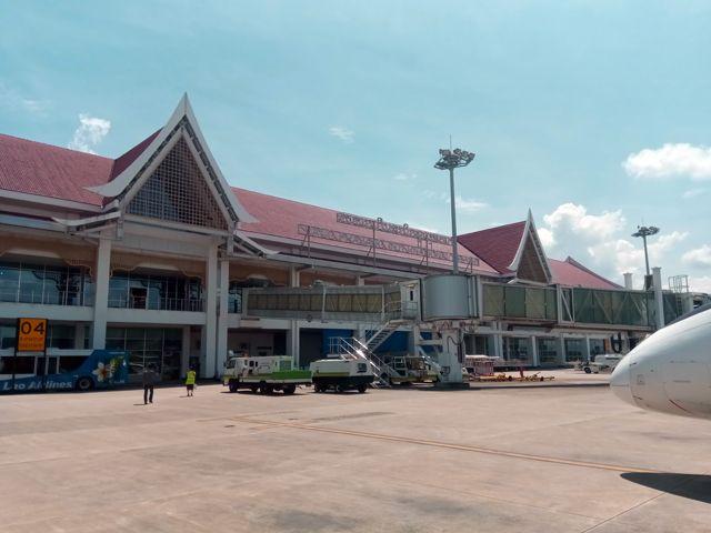sur le tarmac de l'aéroport de Luang Prabang (Laos) - l'autre ailleurs, une autre idée du voyage