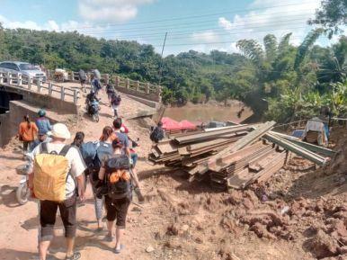 pont coupé, obligé de la franchir à pied et de prendre un autre bus (entre Luang Prabang et Noing Khiaw) - l'autre ailleurs, une autre idée du voyage