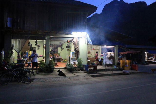 vie nocturne à Nong Khiaw - l'autre ailleurs, une autre idée du voyage