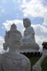L'énorme Bouddha blanc près de Chiang Rai - l'autre ailleurs, une autre idée du voyage