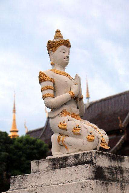 dans un temple à Chiang Mai - l'autre ailleurs, une autre idée du voyage