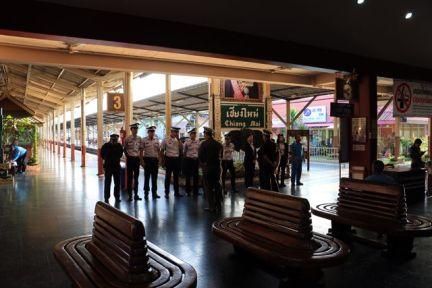 Au garde à vous dans la gare de Chiang Mai - l'autre ailleurs, une autre idée du voyage