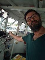 et c'est moi qui barre :) sur un bateau traversant le Chao Phraya à Bangkok - l'autre ailleurs, une autre idée du voyage