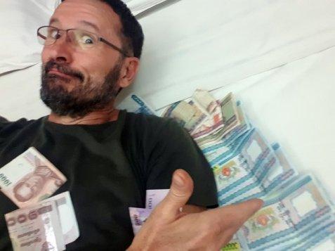 Sensation de richesse avec une monnaie relativement faible, sur mon lit dans ma chambre de l'hôtel Palace Hotel à Mandalay - l'autre ailleurs au Myanmar (Birmanie) et Thaïlande, une autre idée du voyage
