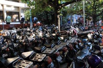 Des tas de scooter près du marché de Jade à Mandalay - l'autre ailleurs au Myanmar (Birmanie) et Thaïlande, une autre idée du voyage