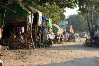 Bidonvilles juste à côté des bus de touristes prêts à prendre les bateaux de croisières, à Mandalay - l'autre ailleurs au Myanmar (Birmanie) et Thaïlande, une autre idée du voyage
