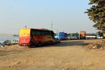 Des bus de touristes prêts à prendre les bateaux de croisières, juste à côté de bidonvilles, à Mandalay - l'autre ailleurs au Myanmar (Birmanie) et Thaïlande, une autre idée du voyage